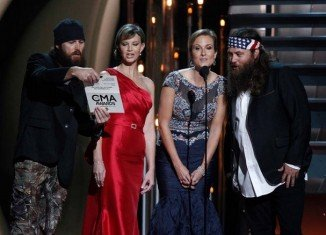 Viewers watching the 47th Annual Country Music Association Awards were surprised with Duck Dynasty stars appearance