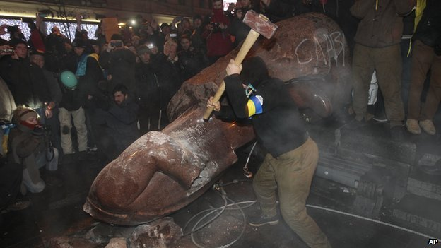 A group of protesters toppled the statue of Soviet leader Lenin at the top of Shevchenko's Boulevard