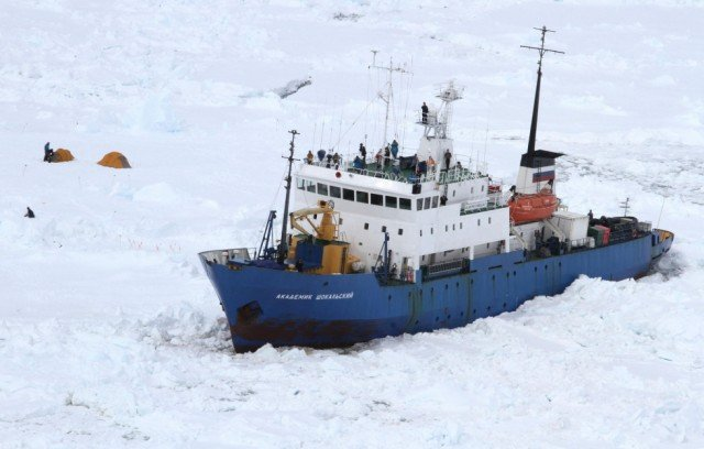 Akademik Shokalskiy stranded in East Antarctica since Christmas Day remained stuck as the latest rescue efforts were thwarted by fierce winds and poor visibility