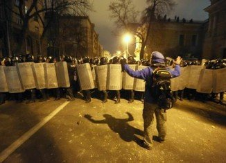 Clashes have erupted between Ukrainian protesters and riot police outside city hall in Kiev