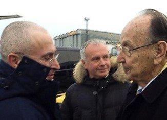 Mikhail Khodorkovsky met German ex-foreign minister Hans-Dietrich Genscher in Berlin, hours after being pardoned by President Vladimir Putin