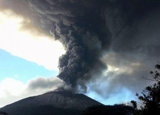 Thousands of people in eastern El Salvador are leaving their homes after the Chaparrastique volcano erupted