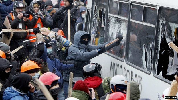 Large crowds of pro-EU demonstrators rallying against new laws which aim to curb public protests in Ukraine have clashed with police in Kiev