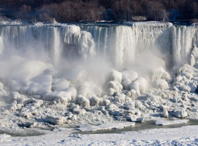 Plummeting temperatures in the US and Canada have caused chaos for many but have created a spectacular sight at Niagara Falls 640x474 photo