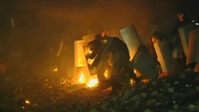 President Viktor Yanukovych has agreed to talk with pro-EU protesters and opposition leaders after violent clashes in Kiev