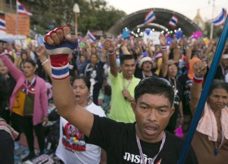 Thai protesters are blocking roads in parts of Bangkok in a bid to oust Yingluck Shinawatra's government
