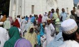 Thousands of mourners gathered at the home of Muslim spiritual leader Syedna Mohammed Burhanuddin who died on Friday