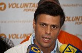 Venezuela's protest leader Leopoldo Lopez has handed himself over to the National Guard