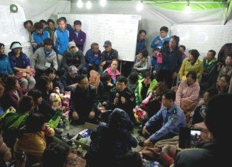 Families of passengers still missing from the Sewol ferry disaster have confronted the fisheries minister and the coastguard chief