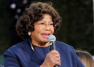 Katherine Jackson has been ordered by a US court to pay AEG Live $800,000 or costs defending the failed negligence case she brought against the concert promoter