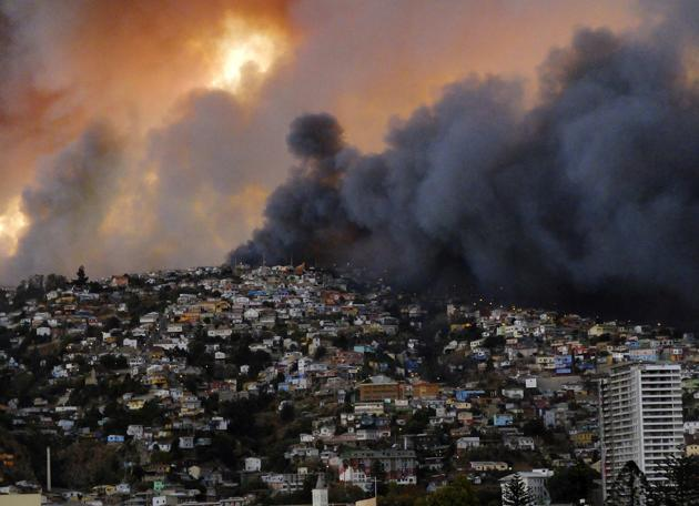 More than 150 homes have been destroyed by a huge forest fire in the Chilean port city of Valparaiso
