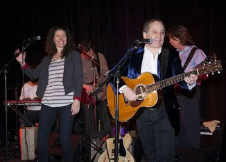 Singers Paul Simon and Edie Brickell have been arrested and charged with disorderly conduct
