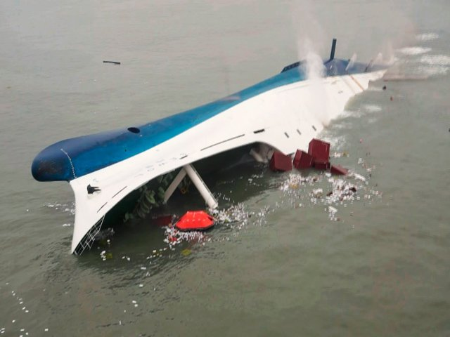 The search for survivors of the South Korean ferry disaster has been hampered by bad weather, murky water and strong currents