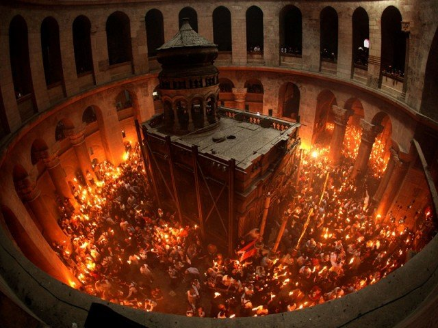 Thousands of Christian Orthodox pilgrims have celebrated Easter's Holy Fire ceremony at the Church of the Holy Sepulchre in Jerusalem