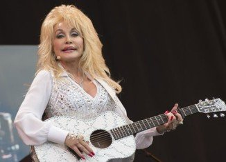 Dolly Parton has drawn a huge crowd for her Glastonbury debut