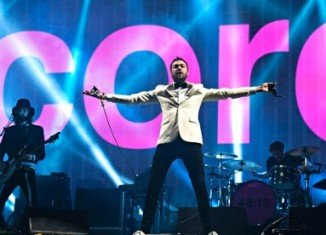 Kasabian has closed the 2014 Glastonbury Festival with a powerful, bombastic set that drew tens of thousands to the Pyramid Stage