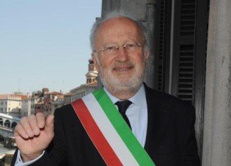 Venice Mayor Giorgio Orsoni has resigned amid Italy's wider investigation into alleged corruption over new flood barriers