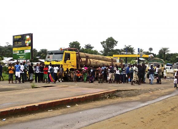 The Liberian quarantine centre for suspected Ebola patients in Monrovia has been attacked and looted by protesters