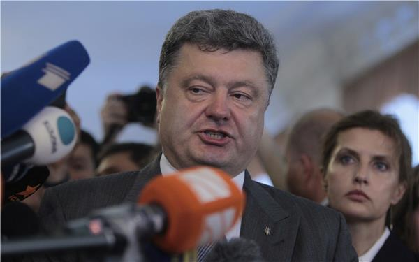 Ukraine's President Petro Poroshenko has dissolved parliament and called snap elections for October 26