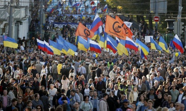 Tens of thousands of Russians have marched in Moscow to protest against the armed conflict in eastern Ukraine