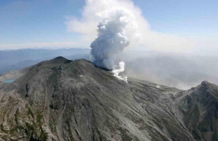 The eruption of Japans Mount Ontake intensified making the efforts to recover the bodies of at least 24 climbers to be suspended again 745x483 photo