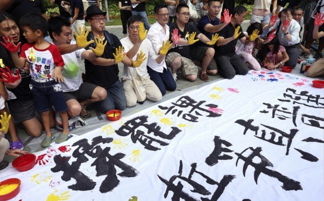 Thousands of students in Hong Kong have begun a week-long boycott of classes to protest against China's stance on electoral reform in the territory