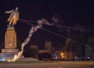 Ukrainian nationalists have torn down Lenin statue in the centre of Kharkiv