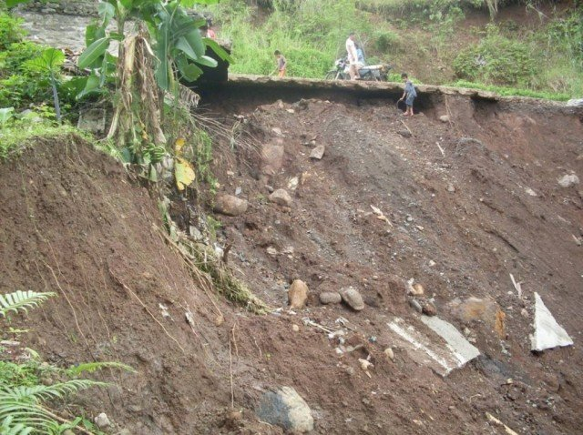 At least 200 people are missing and 10 people are reported dead following a landslide in central Sri Lanka
