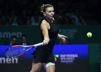 Simona Halep beat Serena Williams for the first time as the world No 1 was swept aside in the WTA Finals in Singapore