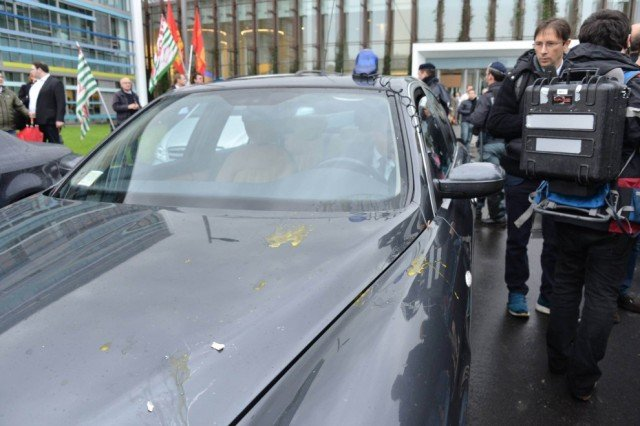 Eggs were thrown at Italian PM Matteo Renzi's staff car as he arrived at a new Alcatel-Lucent factory