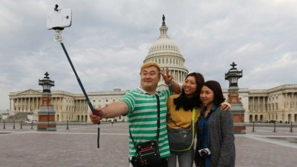 Selfie stick banned from Smithsonian museums and gardens