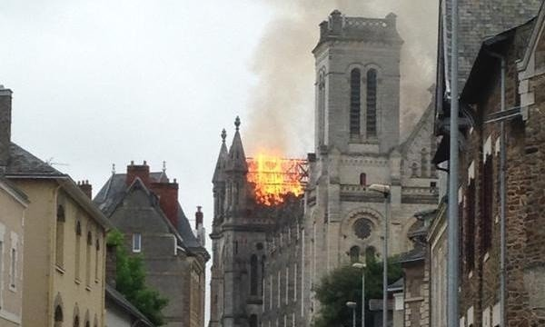 Huge fire engulfs Saint-Donatien basilica in Nantes