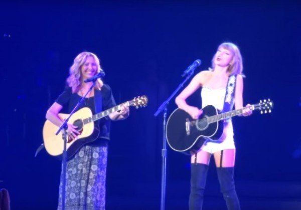 Taylor Swift and Lisa Kudrow on stage