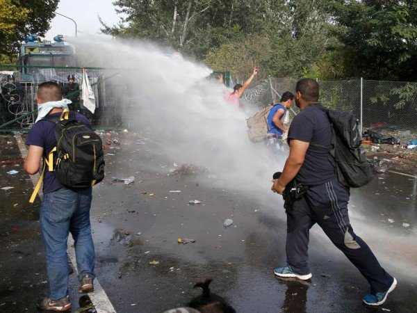Hungary police fire at refugees